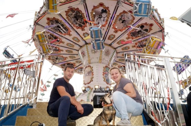 Normalerweise ständen Charlotte Freiwald und David Guse mit ihrem Karussell jetzt gerade auf dem Münchner Oktoberfest. Doch das ist abgesagt, deshalb kommt die Muldestadt zum Zug.