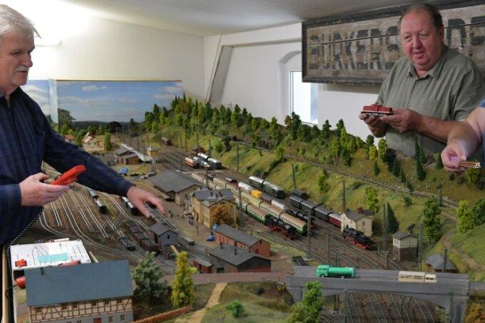 Der ehemalige Bahnhof in Burkersdorf mit Modelleisenbahnanlage: im Bild von links Werner Böhme, Claus Böhme und Frank Böhme.