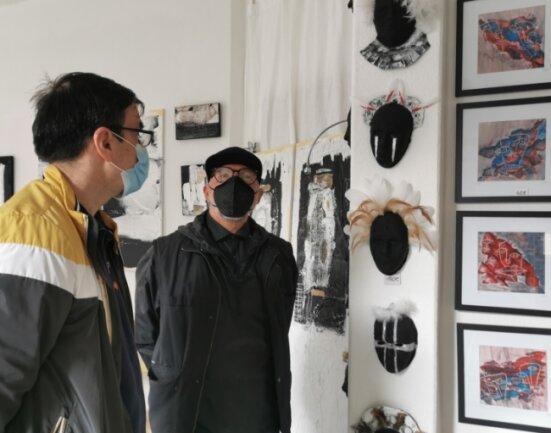 """Der Zwickauer Künstler Tino Helbig (rechts) öffnete zu Pfingsten zum ersten Mal sein Atelier """"unterArt""""."""