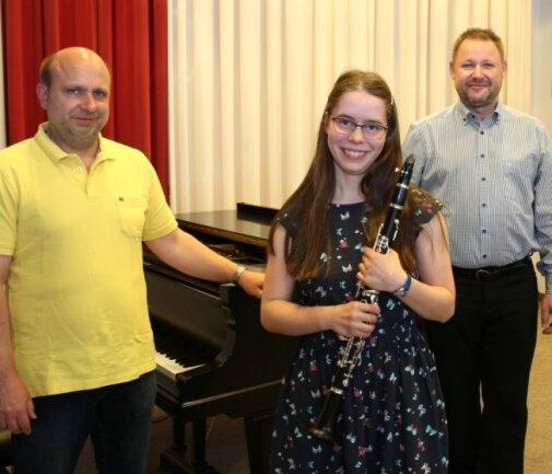"""Nellie Haase freut sich mit Pianist Toralf Vogel (links) und ihrem Klarinettenlehrer Matthias Jahn über 23 Punkte und einen zweiten Preis beim Bundeswettbewerb """"Jugend musiziert""""."""