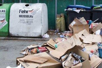 Ein Bild, wie es zuletzt oft in Plauen zu sehen war. Im Bereich des Markusplatzes türmte sich illegal entsorgte Pappe.