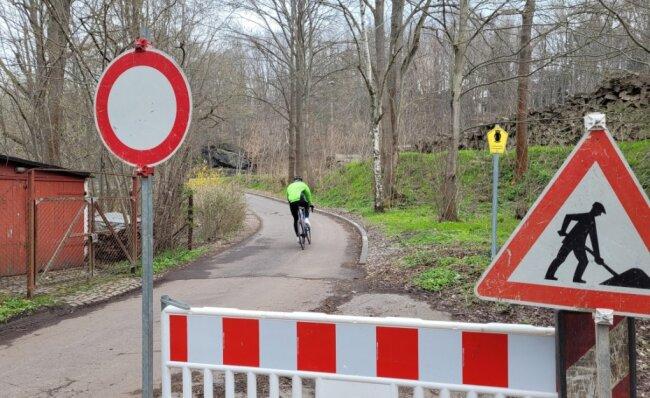 Das Sperrschild verbietet die Weiterfahrt auf dem Radweg zwischen Markersdorf und Diethensdorf.