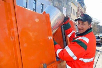 Thomas Meyer vom Städtischen Bauhof in Werdau rechnet in den kommenden Wochen mit einem Anstieg des Müllaufkommens in den öffentlichen Papierkörben.