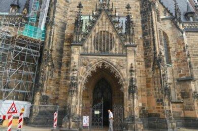 Der eingerüstete Nordwestturm des Doms, wo spätmittelalterliches Mauerwerk auf einen Anbau aus dem 19. Jahrhundert trifft.