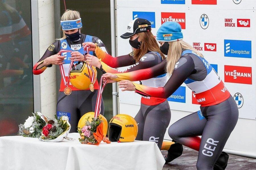 In Coronazeiten muss man sich seine Medaillen selbst umhängen: Natalie Geisenberger, Julia Taubitz und Dajana Eitberger (v. li.).