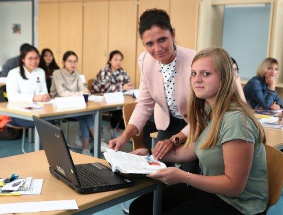 Klassenleiterin Corinna Kordaß freut sich gemeinsam mit Jana Westenburger, die am Mittwoch ihren ersten Theorietag hatte, über den neuen Ausbildungsberuf.