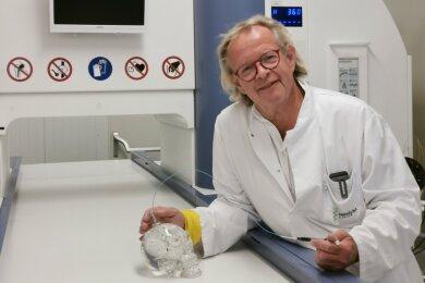 Der Leiter der Neurochirurgie an der Zwickauer Paracelsus-Klinik, Jan-Peter Warnke, zeigt im neuen Nano-Therm-Zentrum, wie gemeinsam mit der WHZ geforscht wird.