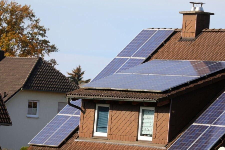 Solardächer sieht man auch im Landkreis Zwickau immer öfter auf Privathäusern - so wie beispielsweise hier in Oberlungwitz.