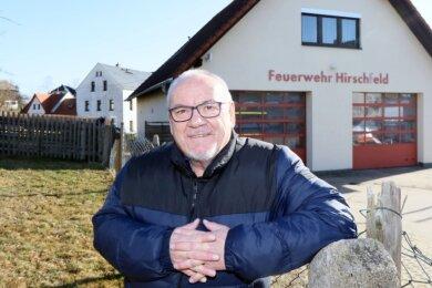 Rainer Pampel vor dem Hirschfelder Feuerwehrdepot: Da die Gemeinde ein neues und größeres Löschfahrzeug anschaffen will, müssen sich die Räte in absehbarer Zeit zwischen Anbau und Neubau entscheiden.