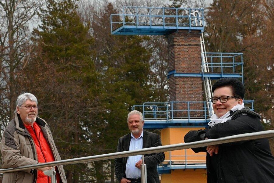 Informierten über ihre Pläne für das Hartmannsdorfer Freibad: Wolfgang Kraskowski, Vorstandschef Heiko Weise und Yvonne Morgenstern (von links). Im Hintergrund der 10-Meter-Sprungturm, eine regionale Rarität.