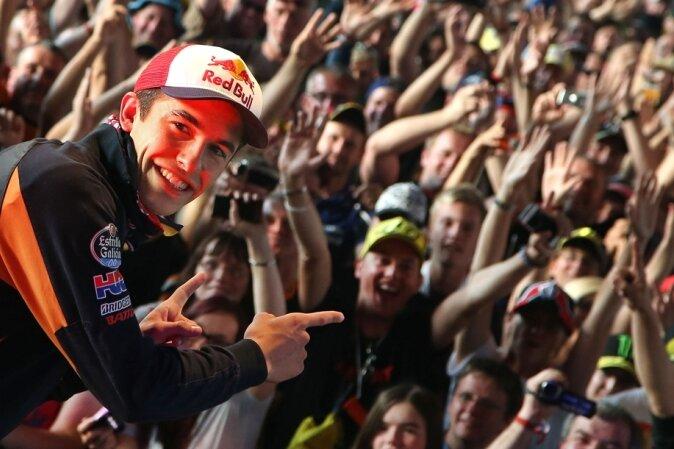 Dieser Mann zieht die Fans an: Marc Marquez im Vorjahr bei der Fahrerpräsentation in der Karthalle am Sachsenring.