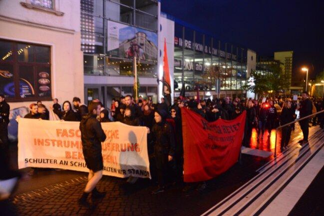 Der Demozug von Chemnitz Nazifrei ist am Hauptbahnhof angekommen...