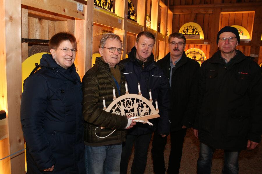 3000. Besucher bei Schwibbogenschau Johanngeorgenstadt erhält Geschenk