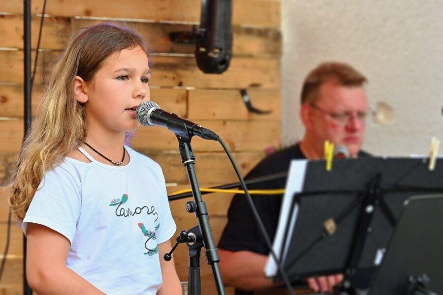 "Sven Pfretzschner bei einem Auftritt mit Musikschülerin Lavinia Frömmer an ""Connys Bar""."