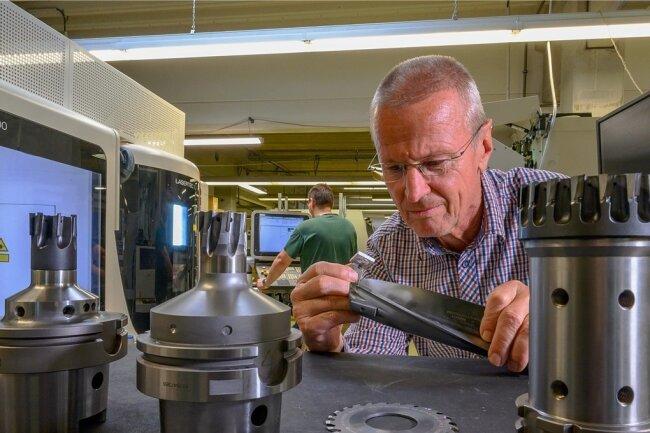 Bernd Straube, Betriebsleiter von Lach Diamant in Lichtenau bei Chemnitz, begutachtet den Verschleißzustand der hochpräzisen Werkzeuge.