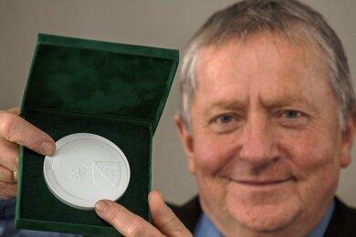 """Bürgermeister Jörg Stephan wurde mit der Medaille """"Sachsen - Land der Friedlichen Revolution in Sachsen"""" geehrt."""