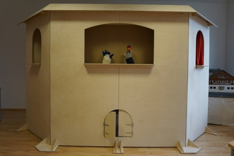 Die Puppenbühne von Tischlermeister Mario Samek erinnert fast an ein Schloss. In den nächsten Wochen wird die Bühne ausgestaltet.