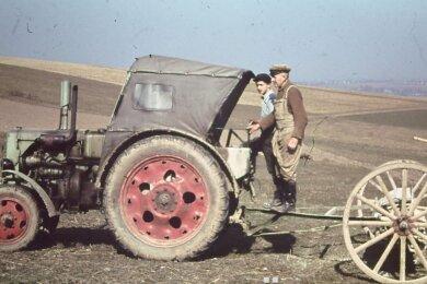 """Sehen so Millionäre aus? Ein Plakat, angefertigt vom Heimatverein, zeigt einen Ausschnitt des DEFA-Films, der 1959 veröffentlicht wurde. Die Dokumentation gibt Einblicke in den Alltag der LPG """"Vorwärts"""", in der früher Bauern aus Jahnsdorf und Niederdorf zusammengeschlossen waren. Eine alte Filmrolle, die nun im Besitz des Vereins ist, stammt aus dem Nachlass eines Bauern."""