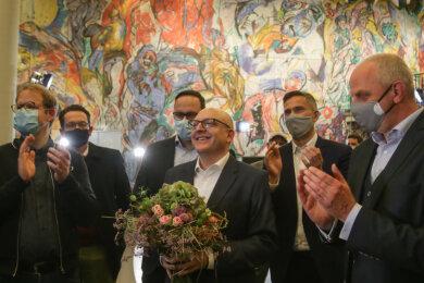 Sven Schulze freut sich mit SPD-Genossen über den Wahlsieg in Chemnitz.