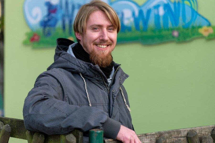 """Daniel Hering ist Erzieher in der Kindertagesstätte """"Wirbelwind"""" in Königsfeld. In seiner Einrichtung ist er der einzige Mann im Betreuerteam. Auch im Landkreis Mittelsachsen wie sachsenweit gibt es nach wie vor weit mehr Erzieherinnen als Erzieher. Doch der Anteil der Männer steigt - wenn auch langsam."""