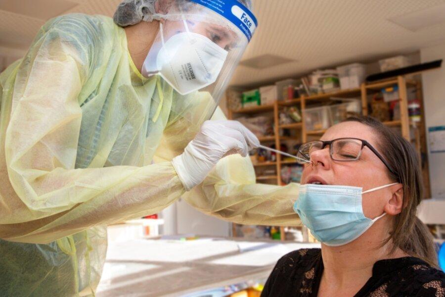 """Nach Aufklärungsgespräch und Einwilligung hat Selina Fischer vom Kindergarten """"Oederaner Kitz"""" am Montag bei ihren Kollegen, im Bild Bianca Dörrwandt, einen freiwilligen Covid 19-Antigen-Test gemacht."""