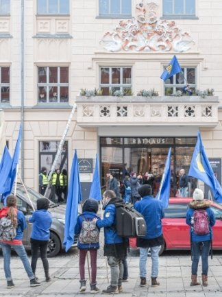 FDJ-Demonstranten hatten 2020 eine Leiter mitgebracht und den Rathausbalkon bestiegen.