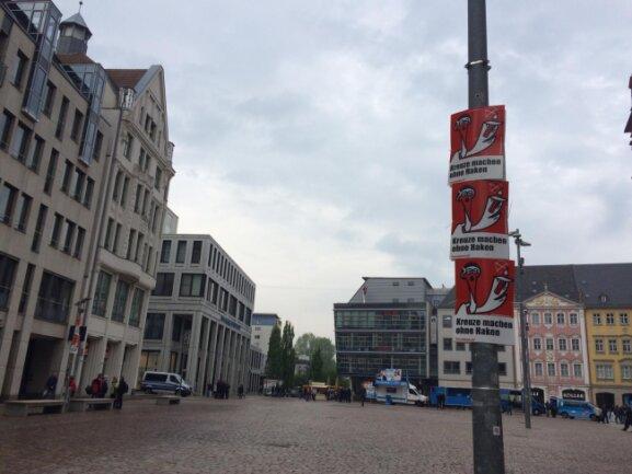 """Storch-Heinar-Plakate auf dem Markt als """"Begrüßung"""" für Beatrix von Storch, die am Mittwoch bei der AfD-Kundgebung auftreten will."""