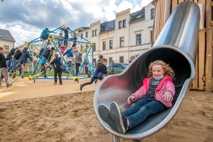 Im neu gestalteten Außengelände der Olbernhauer Goethe-Grundschule finden sich jetzt zahlreiche Spiel- und Erlebniselemente.