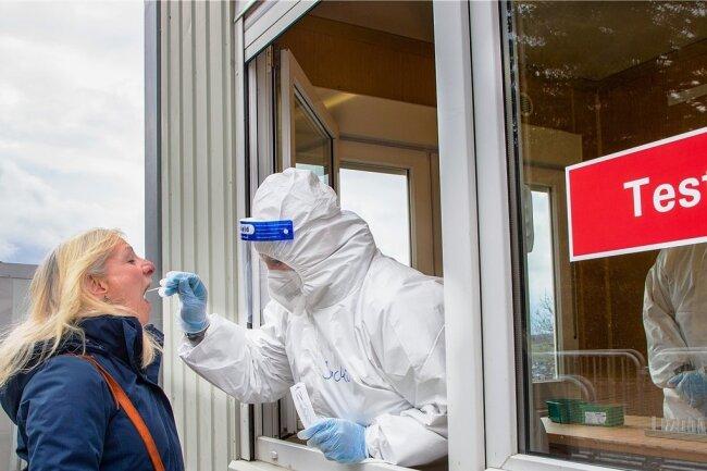Das Schnelltestzentrum in Augustusburg bietet Tests an, damit Ostern Geschäfte und Museen öffnen können, hier Bärbel Groschupf.