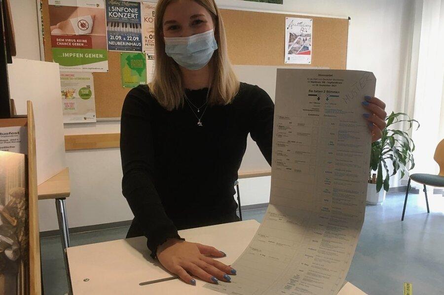 Emilia Neubert, Azubi im 2. Lehrjahr, ist Mitglied im Briefwahlteam der Stadtverwaltung. Sie steht hinter der Urne, in die Reichenbacher ihre Stimme vor dem Wahltag einwerfen können.