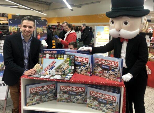 Florian Freitag (l.), geschäftsführender Gesellschafter der PolarI1 GmbH und Mister Monopoly präsentierten die 900-Jahre-Sonderedition des Zwickauer Monopoly-Spiels.