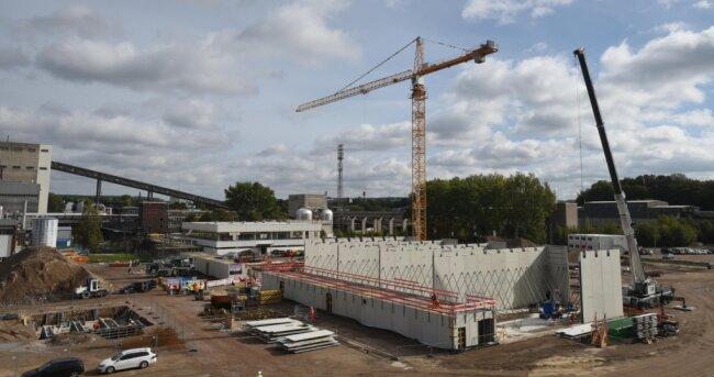 Ein Teil des Gebäudes, in dem künftig sieben Gasmotoren Strom und Wärme erzeugen sollen, steht bereits. Ende 2022 soll das neue Kraftwerk auf dem Gelände an der Blankenburgstraße fertig sein und in Betrieb gehen - allerdings verzögert sich der Bauablauf coronabedingt bereits.