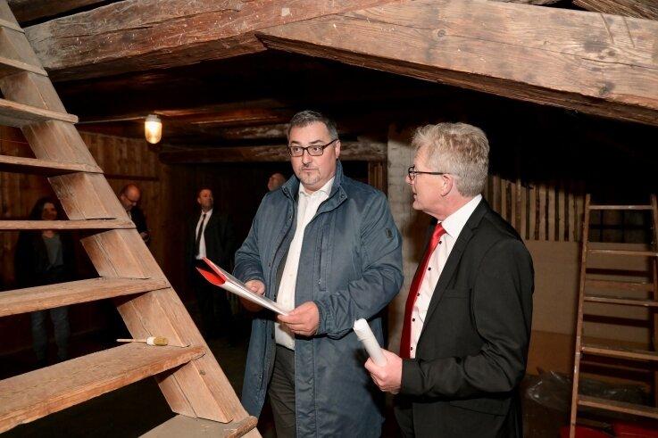 Verwinkelter Dachboden. Bürgermeister Volkmar Viehweg (links) weiht den Vorstandsvorsitzenden der Erzgebirgssparkasse, Roland Manz, in die Geheimnisse des Patrizierhauses ein.