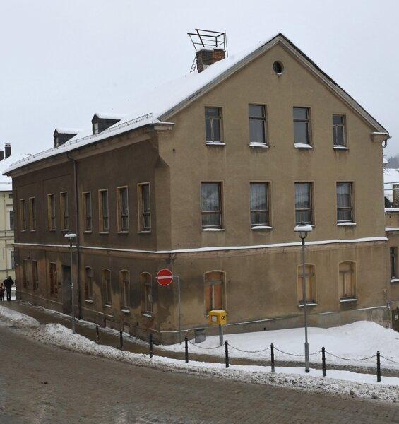 Das ehemalige Hotel Zur Post in Markneukirchen ist seit langem ein Schandfleck. Nun kauft es ein einheimischer Geschäftsmann für 40.000 Euro von der Stadt, die es vom Alteigentümer erwarb.