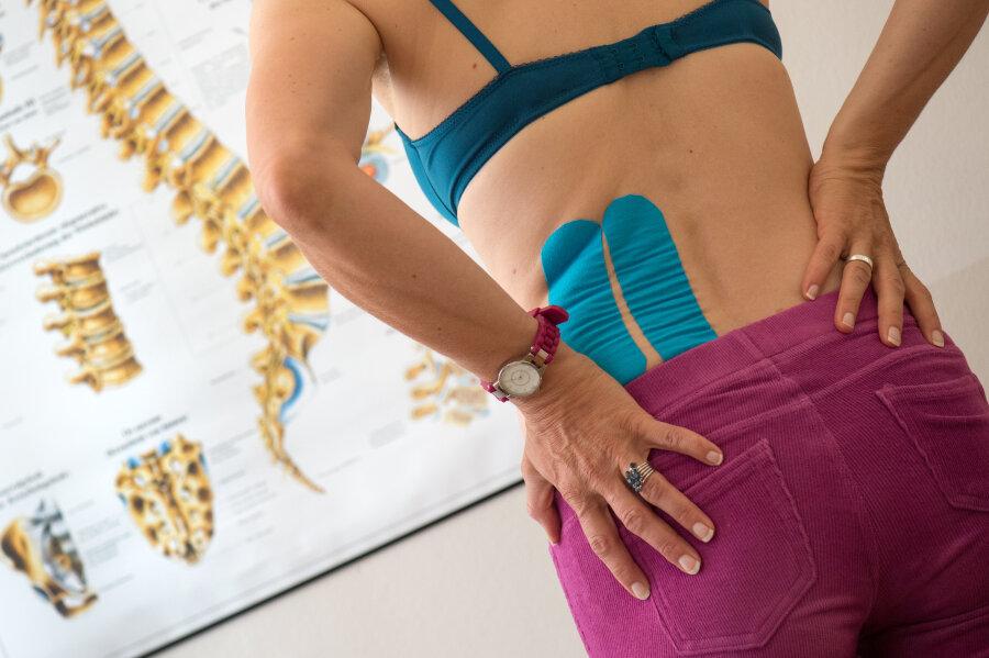Etwa 35 Prozent der Bevölkerung sind von Schmerzen an Rücken und Wirbelsäule betroffen.