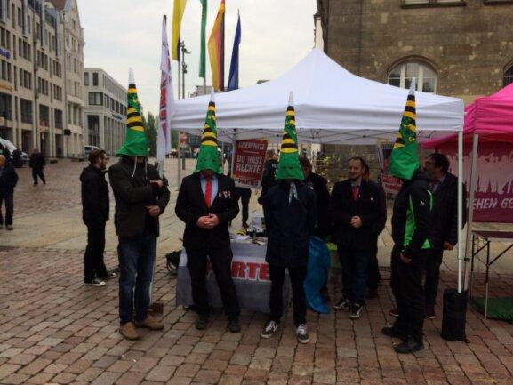 Sachsens Ku-Klux-Clan? Aktion der Partei Die Partei vor dem Start der Afd-Kundgebung auf dem Markt in Chemnitz.
