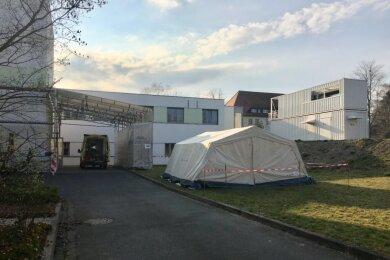 Die Paracelsus-Klinik Zwickau, die am Montag ihre Corona-Ambulanz eröffnet hat, meldet: Es können mehr Patienten dort getestet werden als bisher.