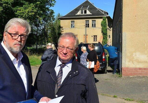 Ex-Regierungssprecher Michael Sagurna (links) und Bürgermeister Thomas Firmenich im Gespräch vor der früheren Kommandantenvilla (hinten).