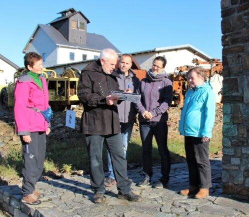 Bergführer Frank Ihle weiß auch bei der übertägigen Saubergtour viel Wissenswertes und auch manche Anekdote zu berichten.