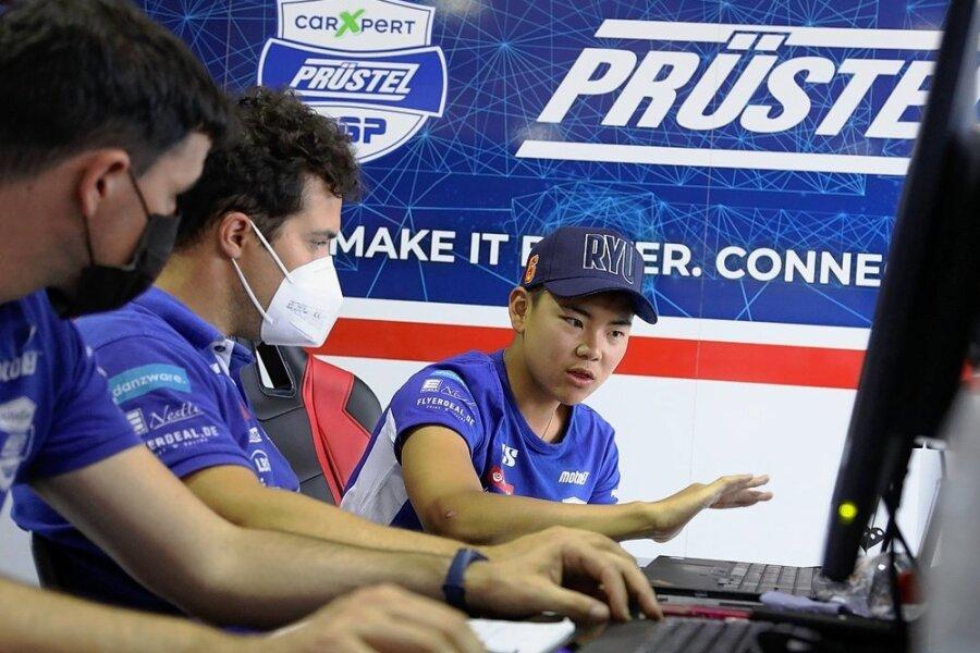 Ryusei Yamanaka (rechts) wertet mit der Technik-Crew seine Trainingsergebnisse aus.