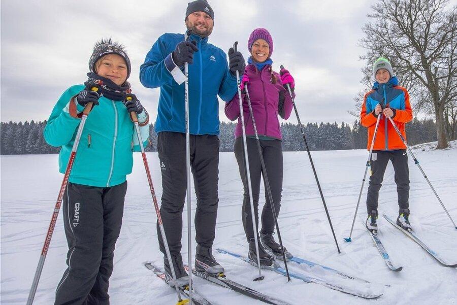 Familie Höber beim Langlauf. Die Loipe ist in diesem Jahr der Ersatz für Skiurlaub in Österreich.