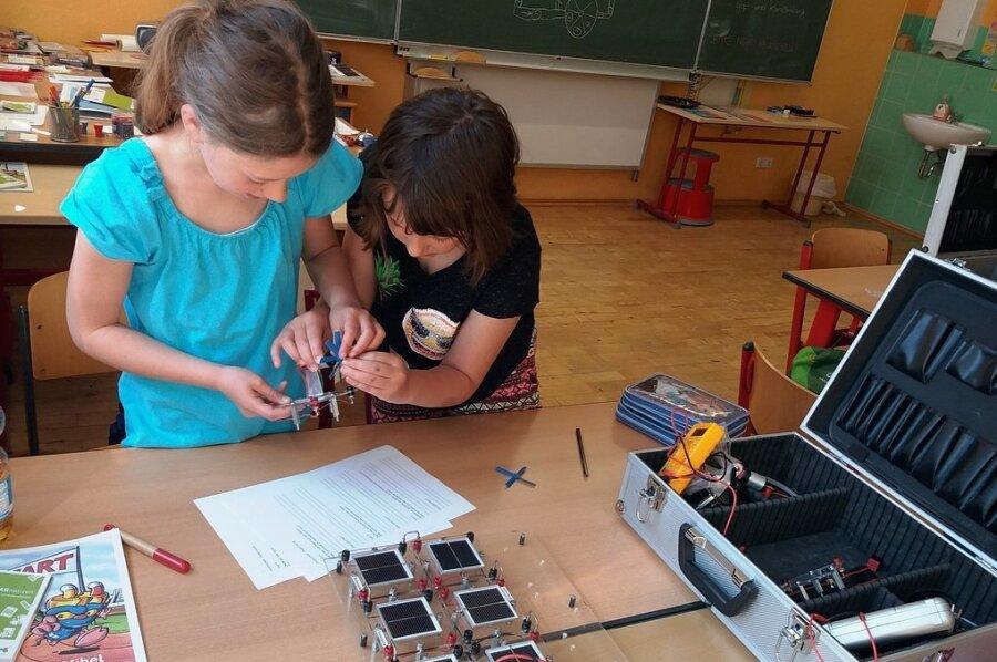 Finja und Jolina befassen sich mit Solarmodulen.