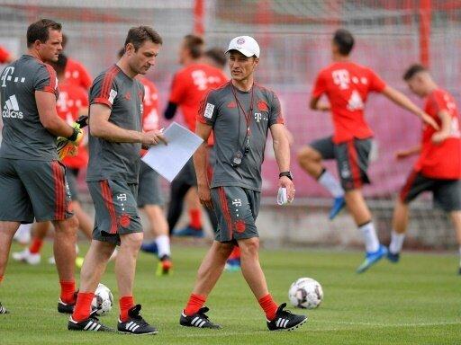 Niko Kovac (r.) leitet erste Trainingseinheit in München