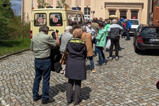 Vor dem Kulturhaus Aktivist in Bad Schlema bildete sich am Mittwochmittag eine Warteschlange. Viele Freiwillige versuchten, ohne Termin eine Impfung zu bekommen.