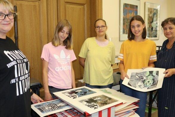 Evelyn Loew (l.) und Annette Fritzsch (r.) mit den Teilnehmerinnen Alma Luise Gau (12) , Tabea Hunger (15) und Liana Kämpf (14).