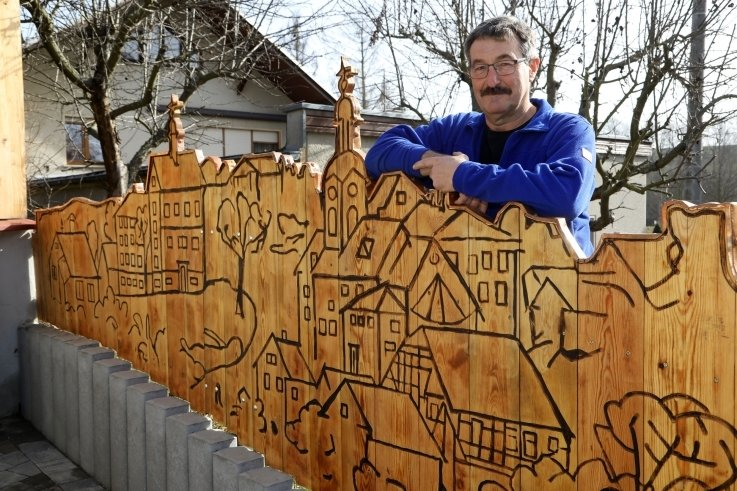 Peter Schnabel an seinem Grundstückszaun.