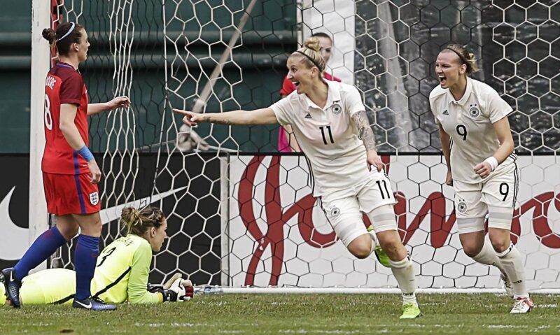 Anja Mittag (Nr. 11) erzielte am 7. März gegen England mit dem entscheidenden Treffer zum 1:0 ihr 50. Tor im Nationaltrikot. Die 32-Jährige begann ihre Laufbahn beim VfB Chemnitz, spielte danach beim CFC und bei Erzgebirge Aue. Ihre erste Station in der Bundesliga war Turbine Potsdam (2002-2012).