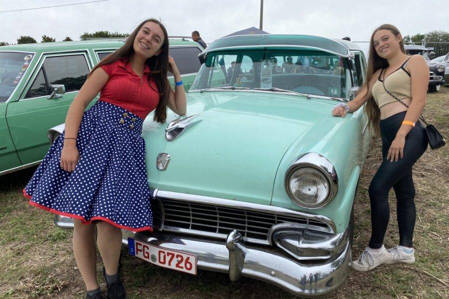 """Kim (l.) und Ayleen Oswald gefällt der Ford Custum Line (1956) von Ralf Dittrich aus Nassau. """"Ich fahre aber nur selten"""", so der 37-jährige."""