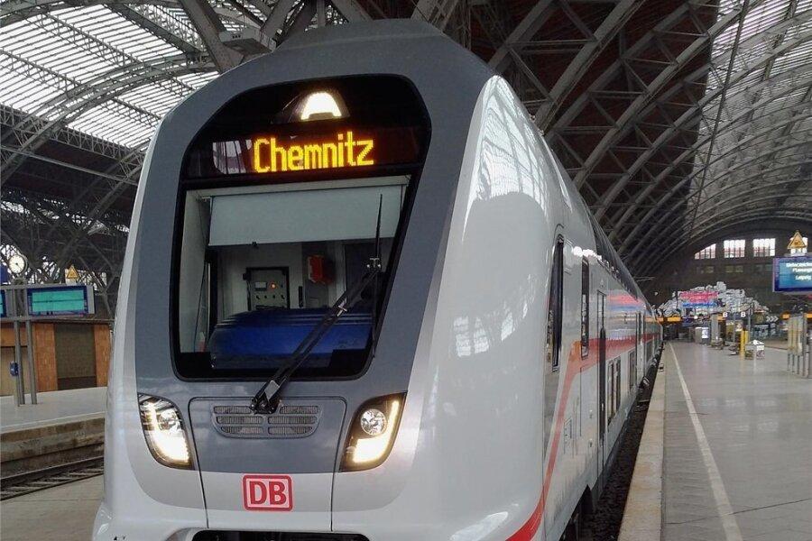 Die Bahn zeigte am Freitag schon mal, wo die Reise hingeht: Ein abgestellter Intercity mit der Zielanzeige Chemnitz.