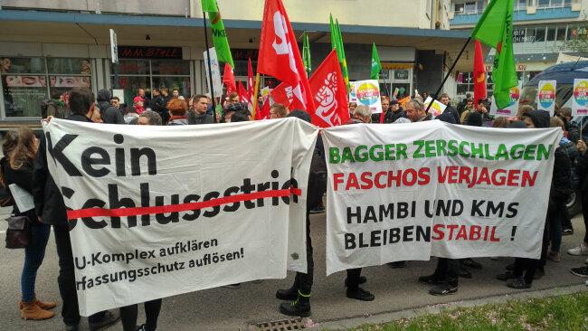 Diese Demonstranten fordern unter anderem die weitere Aufklärung beim Anteil des Verfassungsschutzes im Zusammenhang mit dem Nationalsozialistischen Untergrund (NSU)
